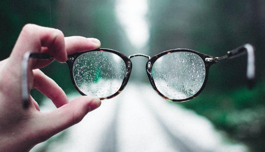 Porter des lunettes peut devenir une vraie galère